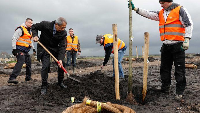 President van Malaysia Airlines, Tan Sri Mohamad Nor Yusof plant een boom voor het herinneringsbos.
