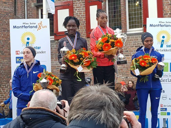 Het erepodium bij de vrouwen met Susan Krumins, Joan Chelimo, winnares Tsigie Gebreselama en Rediet Molla (vlnr).