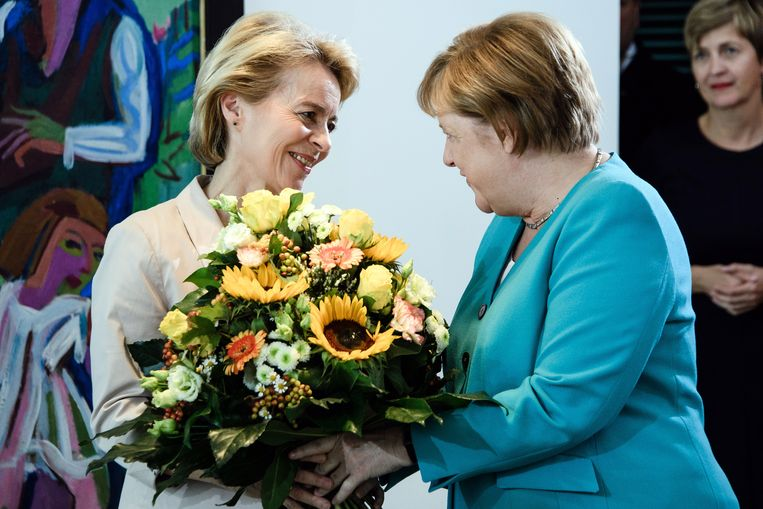 Pas verkozen Ursula von der Leyen krijgt bloemen van Bondskanselier Angela Merkel. Beeld EPA