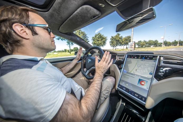 Chris Heiligers geeft een demonstratie van de autopilot. Foto: Frans Paalman