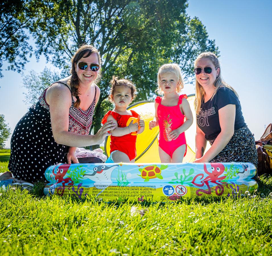 """Jessica de Rover (26), Deborah Belder (28) en hun dochters June (1) en Jezzly (1), op de Kaai in Zuid-Beijerland. ,,Onze mannen zijn vrienden van elkaar. Zo hebben wij ook elkaar leren kennen."""""""