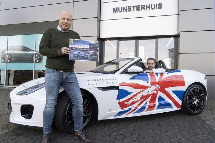 Harold Schreur (links) en Gerco Rebergen van vv DOS'37 uit Vriezenveen met de Jaguar F-type waarin prijswinnaars van de online bingo een weekendje kunnen rijden.