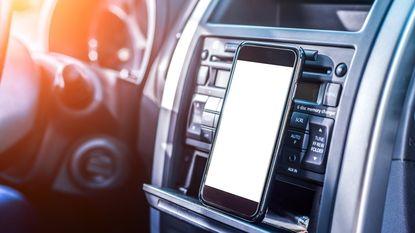 Ook wie handsfree belt, is minder aandachtig in het verkeer
