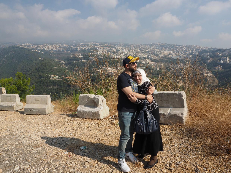 Mootez Sidawi, hier met zijn moeder, reisde van Amsterdam naar Libanon om zijn Syrische familie weer te zien. Beeld Guido van Diepen