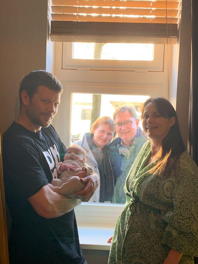 Rein Ros en Linda Cuvelier met Bobbi. Haar ouders staan achter het raam.