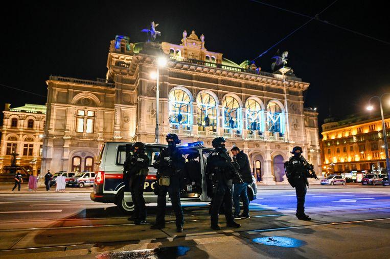 Zwaarbewapende politiemannen voor het operagebouw in Wenen, op 2 november 2020.   Beeld Getty Images