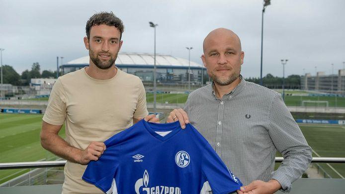 Wouters, links naast sportdirecteur Rouven Schröder van Schalke, poseert met het shirt van de club.