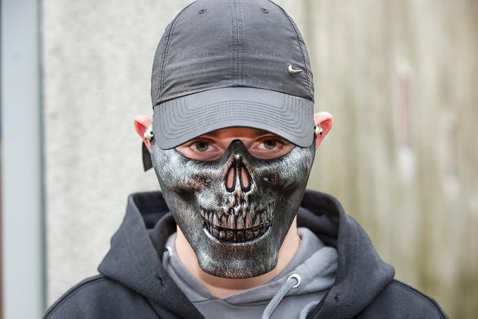 Dylan met een zelfde soort masker als hij maandag op had.