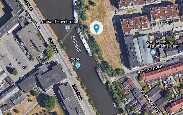 Het ontbrekende fietspad ligt ter hoogte van de blauwe speld. (Deze luchtfoto is genomen voor de bouw van de Louisa d'Havébrug.
