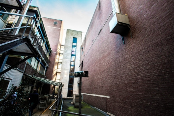 Het gebouw rechts - met daarin de bioscoopzalen - gaat tegen de grond. Foto Jan van Eijndhoven