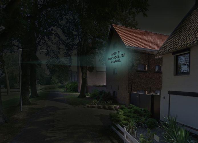 Aan de Winterdijk is de achterzijde van een historisch pakhuis te zien. De teksten op de gevel krijgen door het licht extra aandacht.