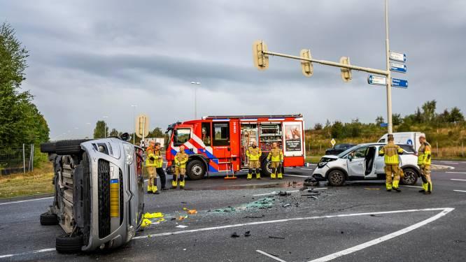 Auto belandt op zijkant na botsing met andere wagen in Tilburg