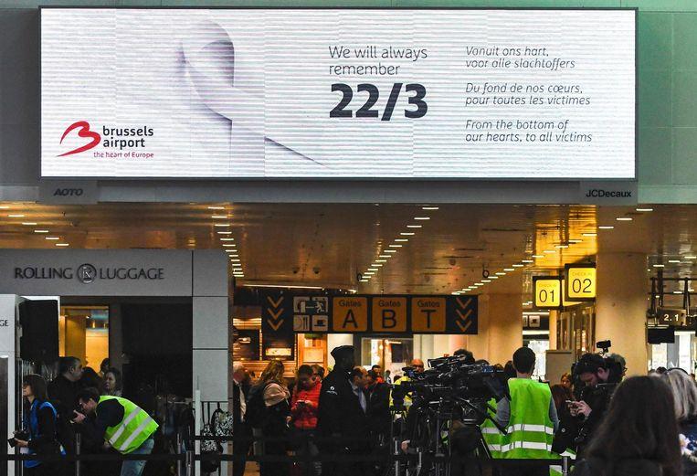 Op de luchthaven - een plek waar Loes nu liever niet meer komt - hangen grote herdenkingsborden voor de slachtoffers.