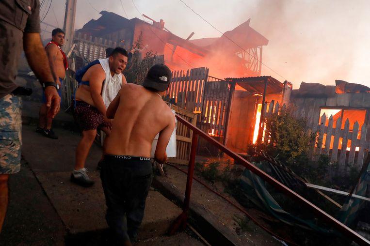Volgens de laatste officiële cijfers werden zo'n 700 mensen getroffen en raakten 12 brandweermannen lichtgewond.