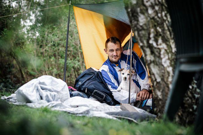 Donny (41) is dakloos en zwerft noodgedwongen met zijn spullen door Zevenbergen. Hij bivakkeert met zijn hondje Kelly op het terrein aan de Doctor Ariënslaan waar ooit Het Kompas stond.