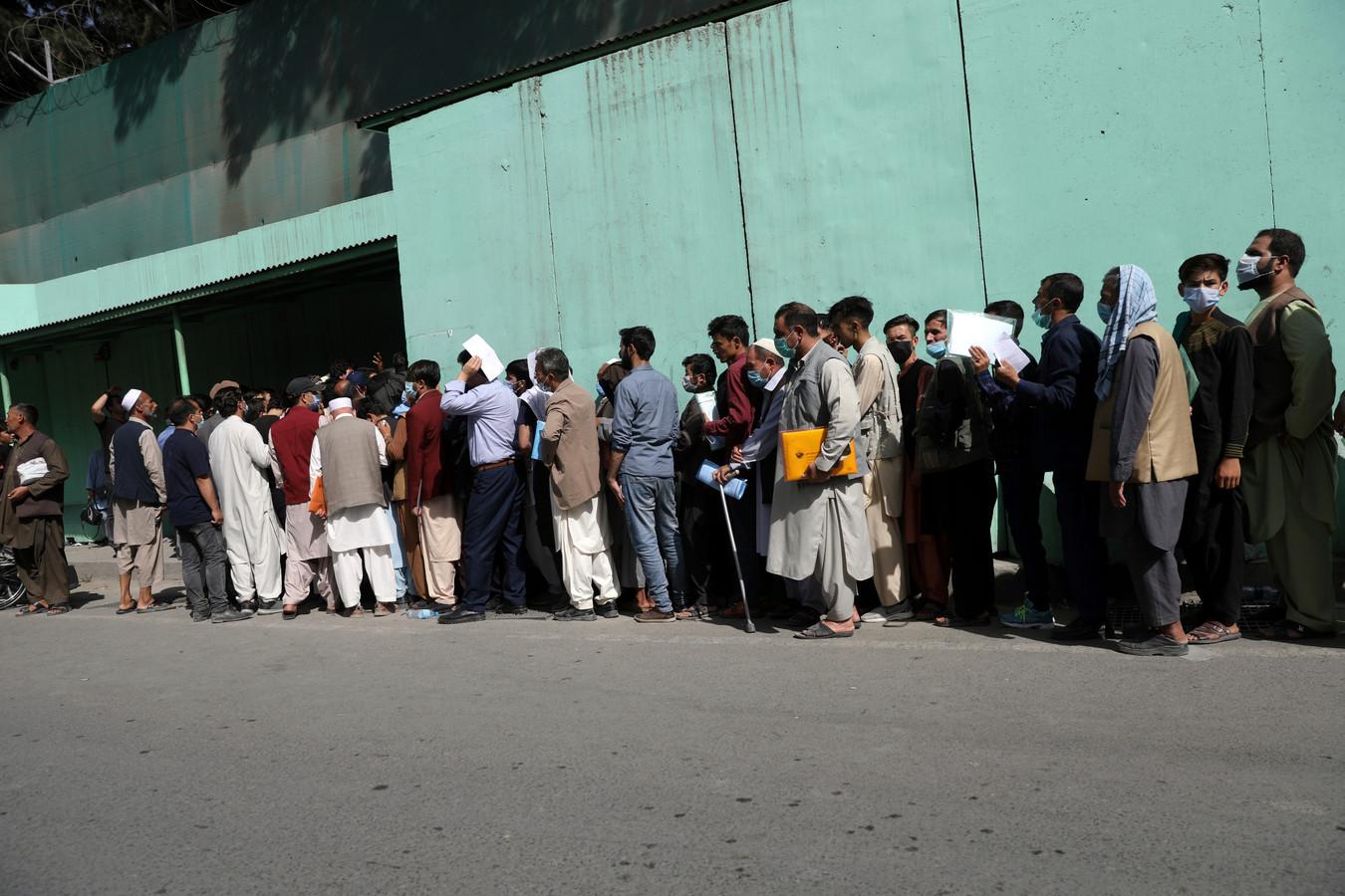 Lange rijen aan de Iraanse ambassade om visums te bemachtigen.