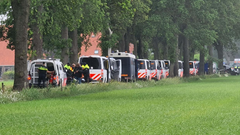 Tientallen boeren zijn opgepakt toen ze de toegang naar afvalverwerkingsbedrijf Attero in Wijster blokkeerden.