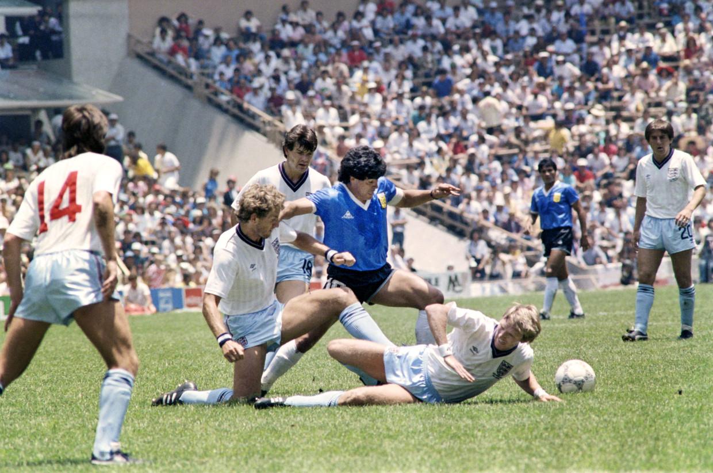 Diego Maradona op zijn hoogtepunt, op het WK'86 tegen Engeland.  Beeld Hollandse Hoogte / AFP