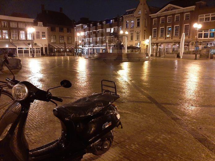 Het Stadhuisplein in Gorinchem ligt er zaterdagavond verlaten bij.