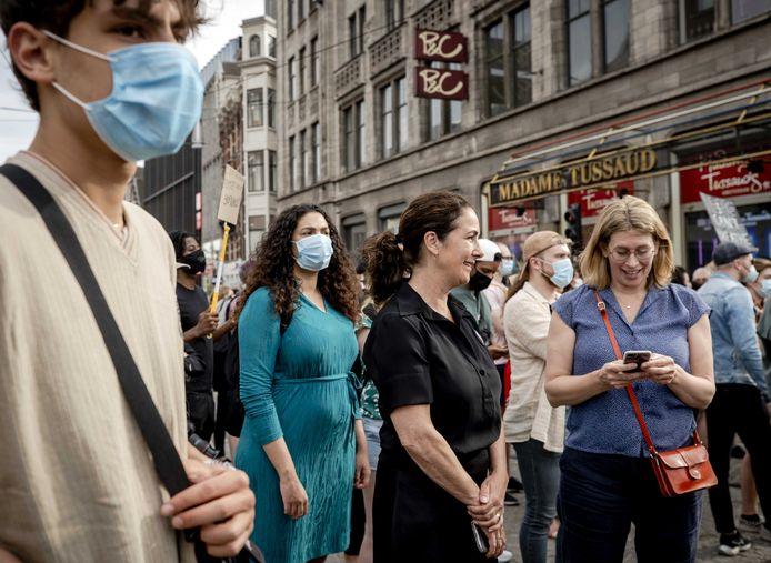 Burgemeester Femke Halsema (midden) tijdens het protest op de Dam.
