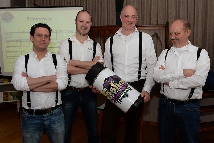 Vier van de vijf brouwers, vader en zoon René en Bob Thomassen, horecaondernemers Ronald Zeelen en Paul van den Boom zijn druk met het nieuwe kloosterbier. Foto Ed van Alem
