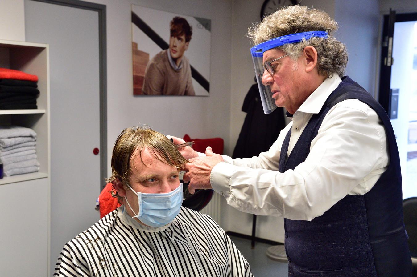 Kappers mogen na lange tijd weer knippen. Burgemeester Pieter Verhoeve laat zich knippen bij Joe Dery.