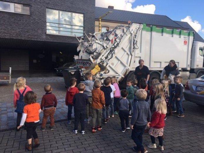 De kleutertjes kregen bezoek van de vuilnisophalers.