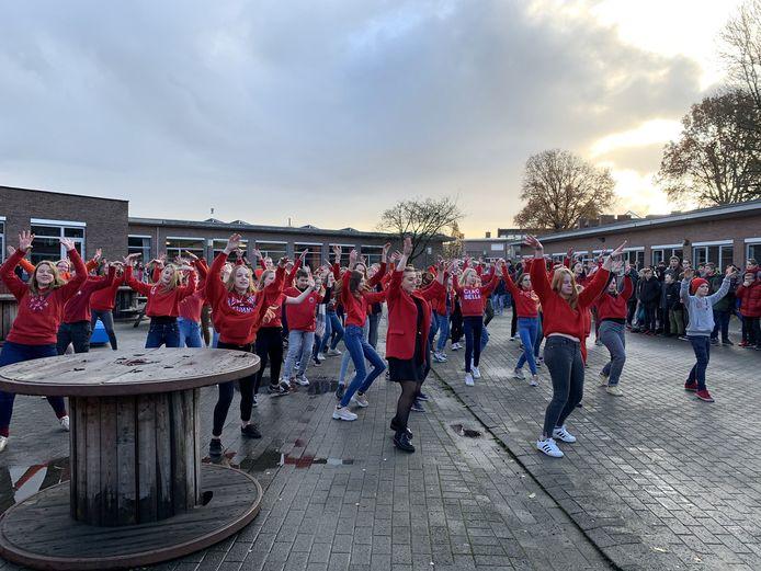 De leerlingen sloten de Rode Neuzen Actie af met een dans.