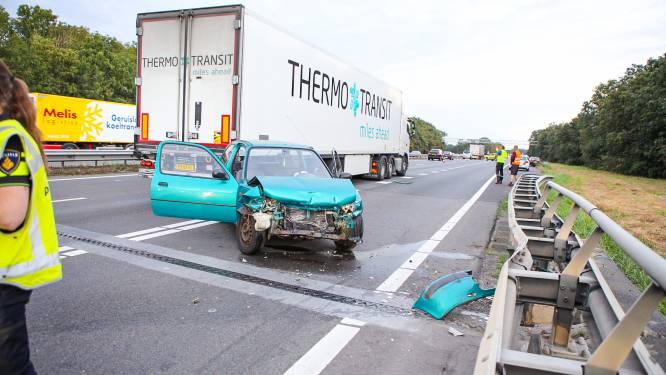 Bestuurder botst op vrachtwagen en raakt zwaargewond