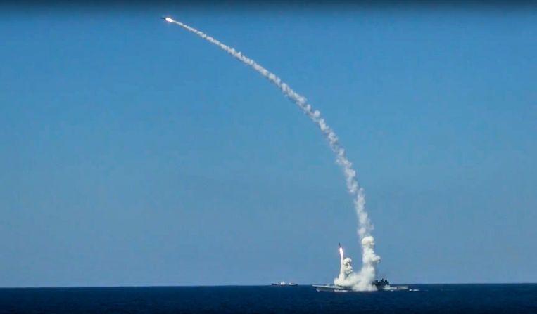 Een Russisch schip in de Middellandse Zee vuurt in 2017 een Kalibr-kruisraket af op IS-posities in Syrië. Moskou zegt dat de marineschepen die nu nabij Syrië zijn, een oefening houden. Beeld AP