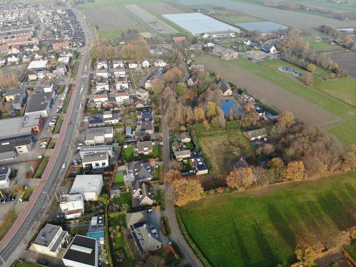 Foto met drone genomen met links de Ambachtenlaan en rechts het groene gebied naast de Pleinstraat.