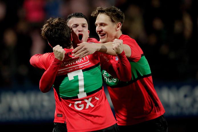 Foto Broer van den Boom/BSR: Matchwinnaar Jordy Bruijn (7) wordt geknuffeld door Randy Wolters en Josef Kvida (rechts) na zijn doelpunt tegen Roda JC.