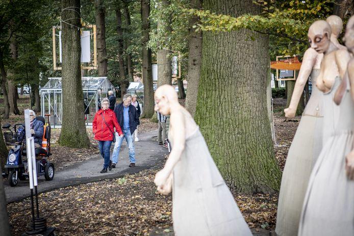 Glasrijk Tubbergen van vorig jaar, met de beelden van dans bij het kunstwerk Witte Wieven in het Eeshofbos.