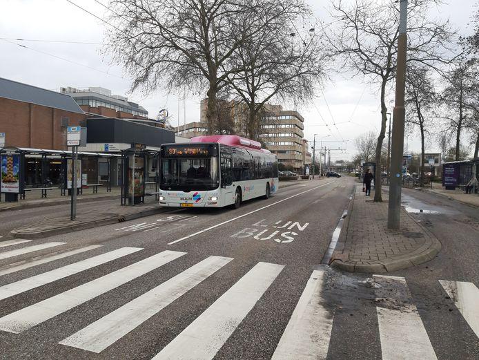 Het busstation bij Winkelcentrum Kronenburg in Arnhem-Zuid wordt opgepimpt.