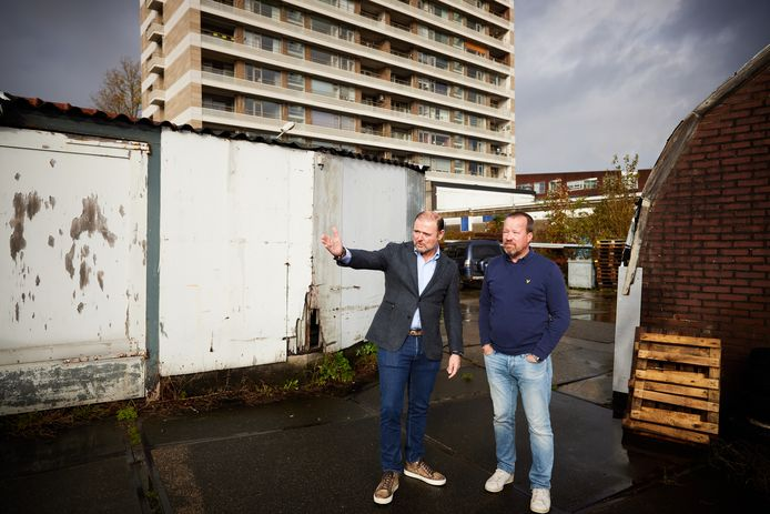 René Perridon (links) en Juriaan van Woerkom op de plek waar hun nieuwbouwproject Hof van Cossee moet komen. De VvE van de achtergelegen Olympusflat heeft bezwaar gemaakt bij de rechter en trekt dit pas in als de projectontwikkelaars de portemonnee trekken.
