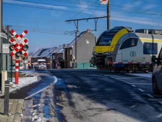 Overwegen wekenlang afgesloten voor verkeer door vernieuwingswerken op spoorlijn
