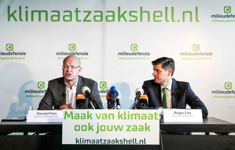 Donald Pols, directeur van Milieudefensie en advocaat Roger Cox kondigen tijdens een persconferentie in de A'DAM Toren een klimaatzaak aan tegen Shell. Beeld ANP