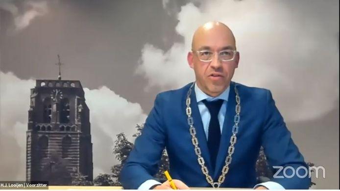 Burgemeester Han Looijen van Sint-Michielsgestel aan het woord tijdens de eerste online vergadering van de gemeenteraad.