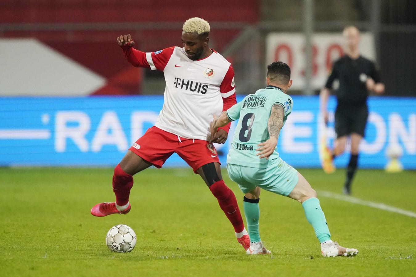 Gyrano Kerk (links) probeert Pol Llonch van Willem II van zich af te schudden, afgelopen zaterdag in Stadion Galgenwaard.