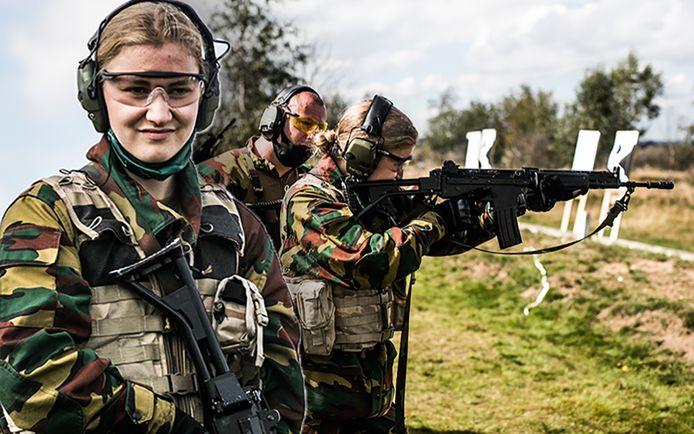 Kroonprinses Elisabeth zoals we ze nog nooit zagen: in camouflagepak.