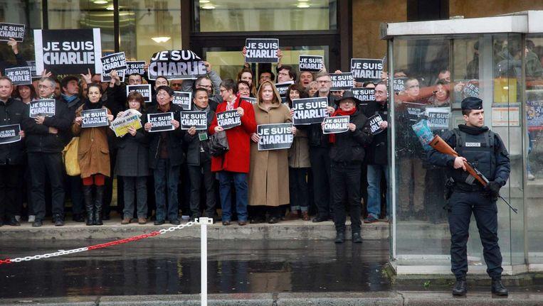 Medewerkers van het Franse persbureau Agence France-Presse (AFP) tonen zich solidair met Charlie Hebdo Beeld afp