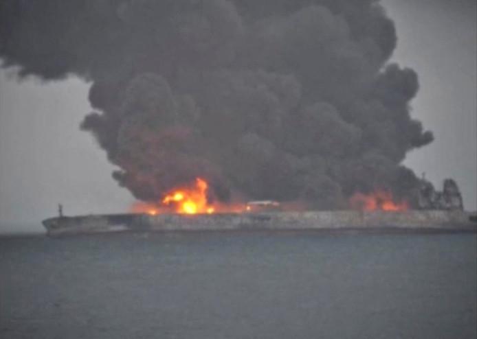 Torenhoge vlammen en enorme rookontwikkeling bij de in brand staande tanker Sanchi.