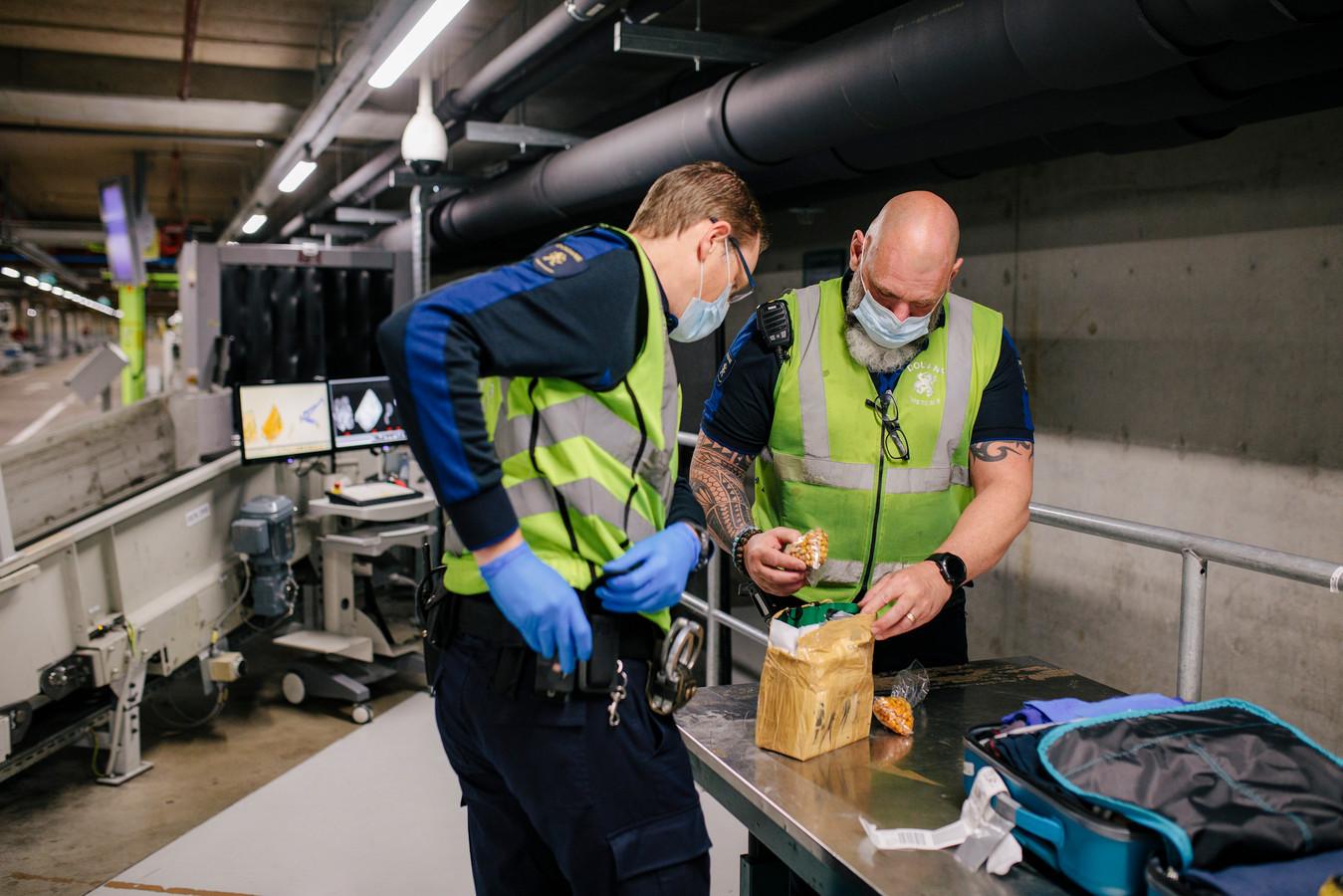 Douaniers inspecteren een pakketje.