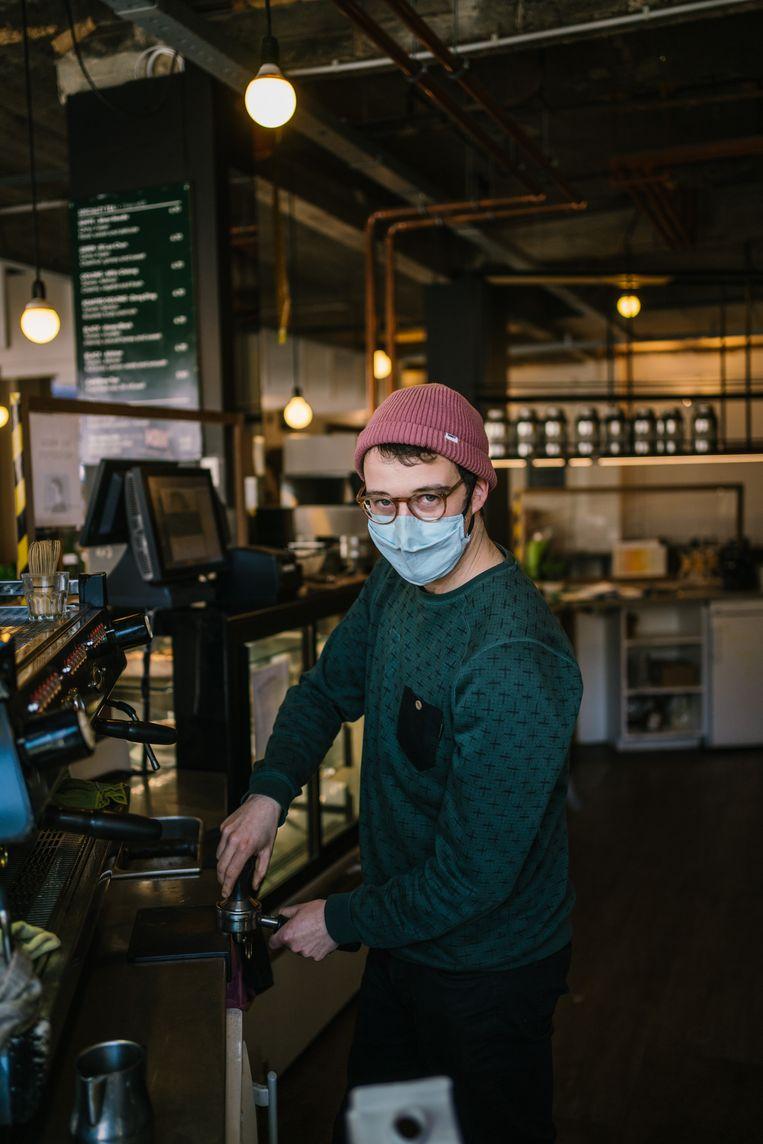 Louis Waelkens in zijn koffiebar Anna Attento in Etterbeek. Beeld Wouter Van Vooren