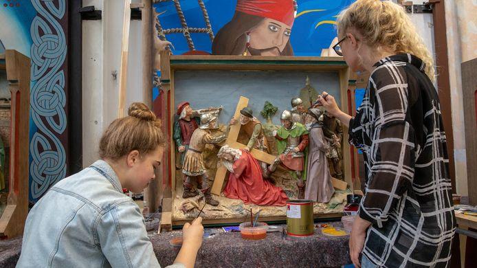 Studenten van de Nimeto Vakschool in Utrecht werken aan de restauratie van de kruiswegstaties uit de kerk  in Haarsteeg.