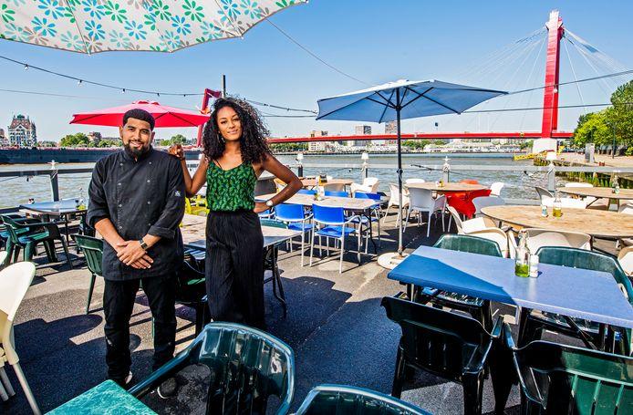 Het populaire visrestaurant A La Plancha, met chef-kok Guillermo Achthoven en bedrijfsleidster Aurelia de la Court, zit op een heerlijke plek aan de Nieuwe Maas. Dan is het helemaal niet erg als je lang moet wachten. Het voelt als vakantie in eigen stad.