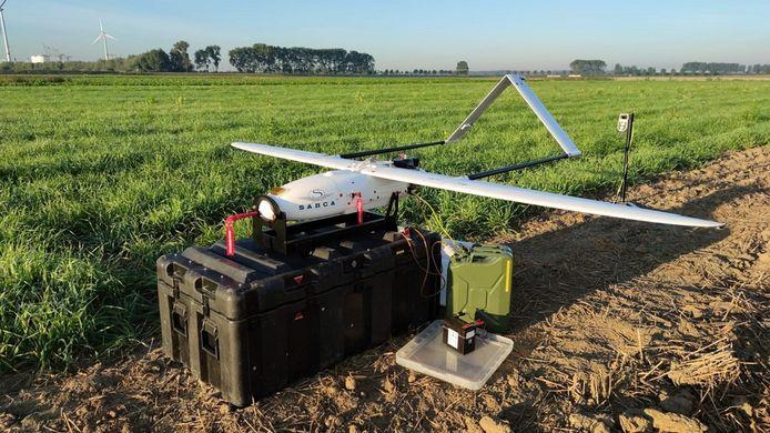 De fixed wing drone kan 8 uur rondvliegen en beelden maken vanop 280 meter hoogte.