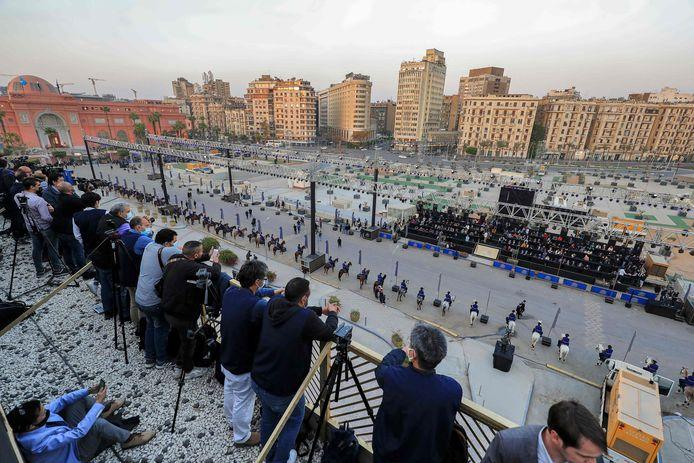 Journalisten wachten in het persvak om verslag te doen van de 'gouden parade van de farao's.
