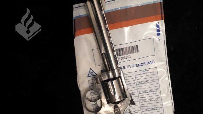 In de videoclip op filmpjessite was onder andere een pistool te zien.