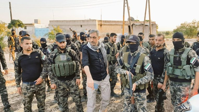 Nabih Musa Taha met zijn brigade. 'Wij zijn burgers van Syrië. Het land behoort ons toe, de Koerden, de Arabieren, de Turkmenen en alle andere groepen.' Beeld RV